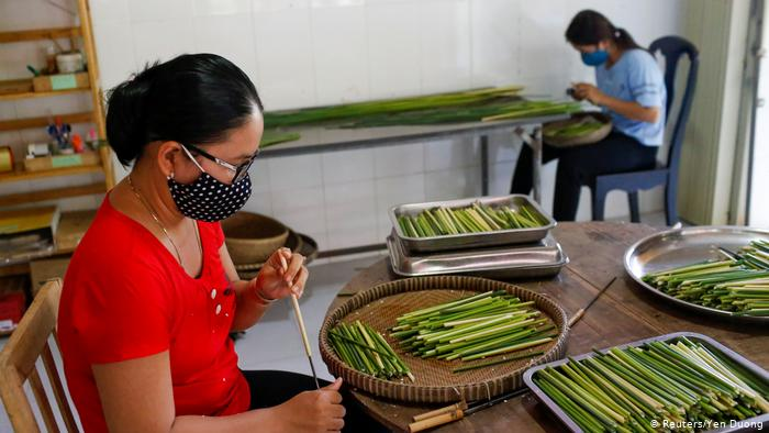 Workers make straws from grass (Reuters/Yen Duong)